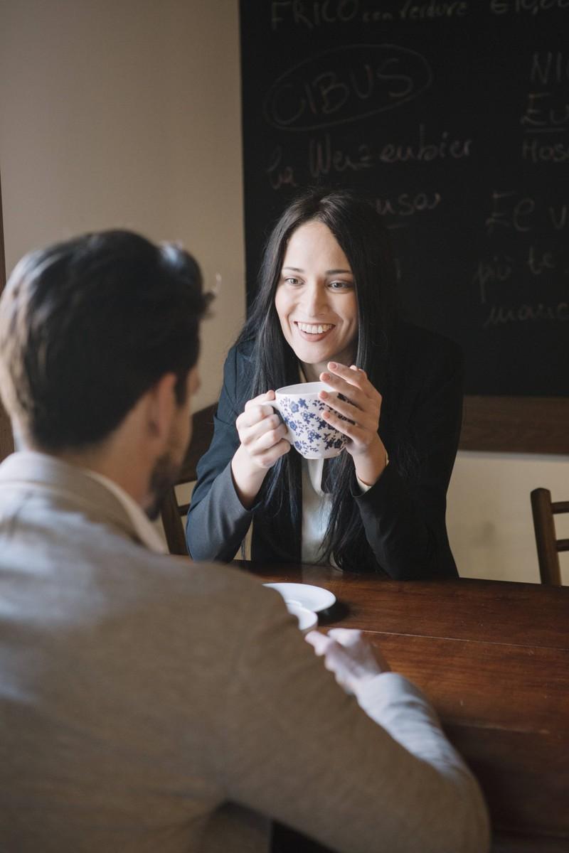 Man erkennt eine Frau, die Interesse hat, weil sie sich neugierig zeigt