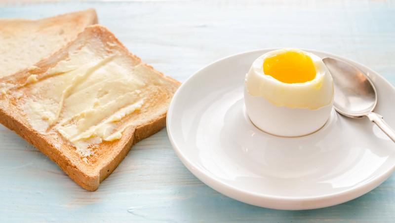 Auf dem Bild ist ein weich gekochtes Ei zu sehen, das vom Körper besser aufgenommen werden kann