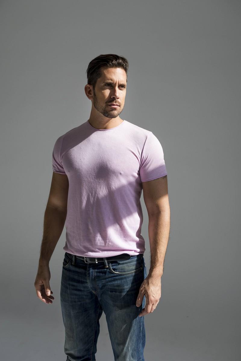 Der Mann trägt das Shirt in der Hose und wirkt durch diesen Style attraktiver