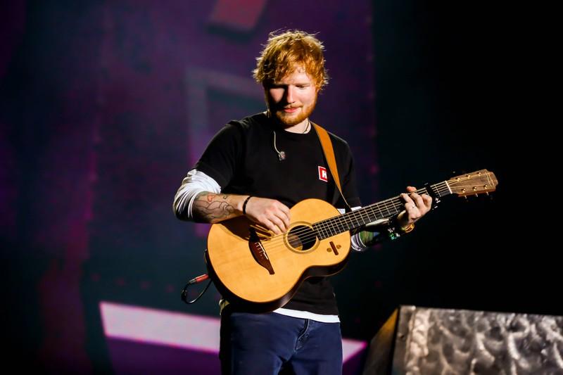 Ed Sheeran trägt als Männertrend die Frisur des Männerponys