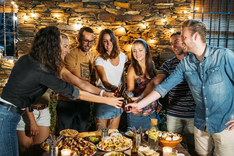 Eine Gruppe Freunde feiert zusammen: So befreit man den Mann von Schüchternheit