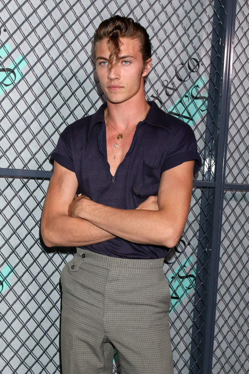 Lucky Blue Smith trägt Koteletten