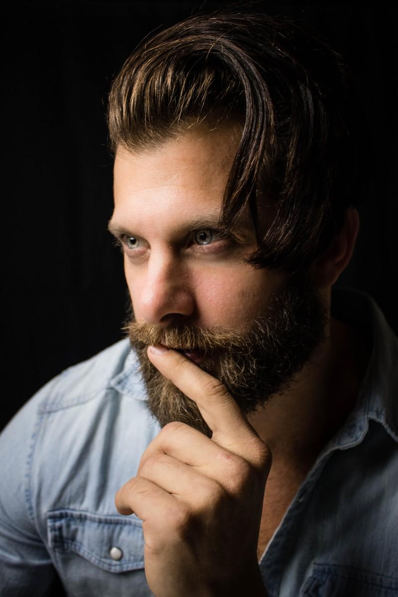 Das Foto zeigt einen Mann mit Bart, der sich fragt, wie dreckig sein Bart wirklich ist