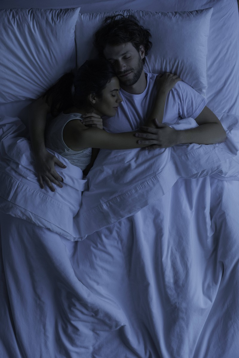Guter Schlaf beugt Heißhungerattacken vor und sorgt damit für eine bessere Fettverbrennung.