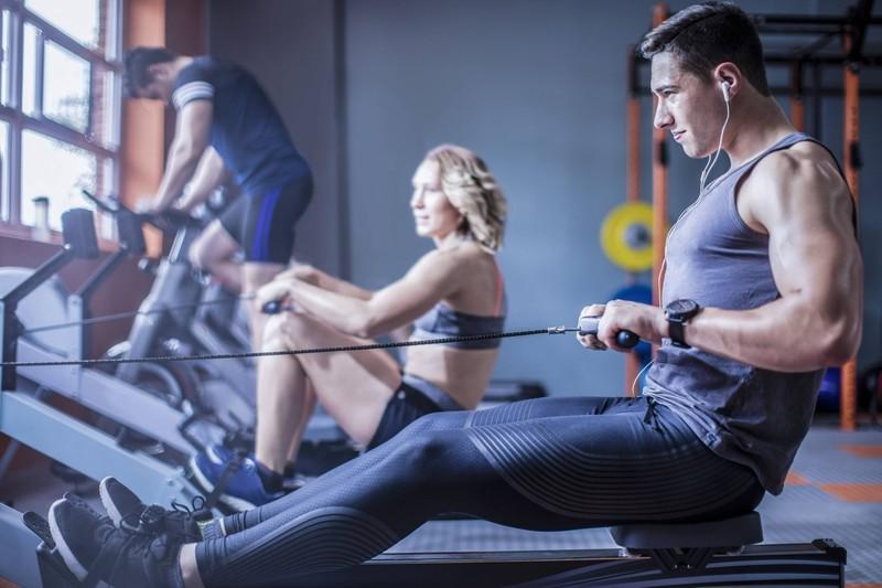 Männer, die beim Training zwischen Cardio und Krafttraining wechseln, verbrennen mehr Fett.