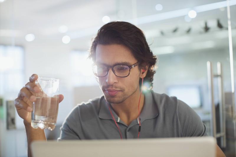 Mehrere Gläser warmes Wasser helfen Männern den Kalorienverbrauch anzuregen.