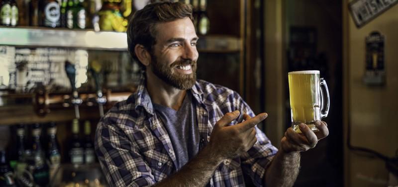 Der Mann hält ein Bier in der Hand, doch er kann sich damit nicht auf sein Kissen legen und es weiter trinken