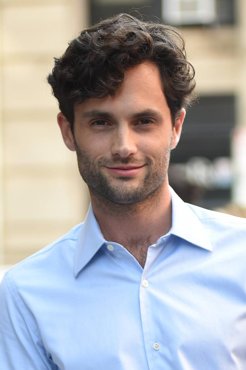 Curly Hair, eine der Männer-Frisuren-Trends, bei Penn Badgley, dem aktuellen Star aus der Serie You.