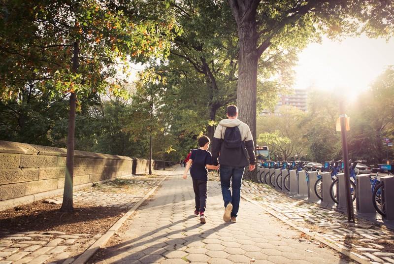 Vater und Sohn laufen nebeneinander, wenn das Kind noch jung ist, ist man als Vater selten allein.