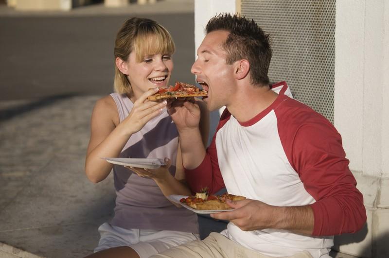 Ein Mann leidet unter fauligen Fürzen: Eine Frau füttert ihren Freund mit Essen unterwegs, was Stress auslöst