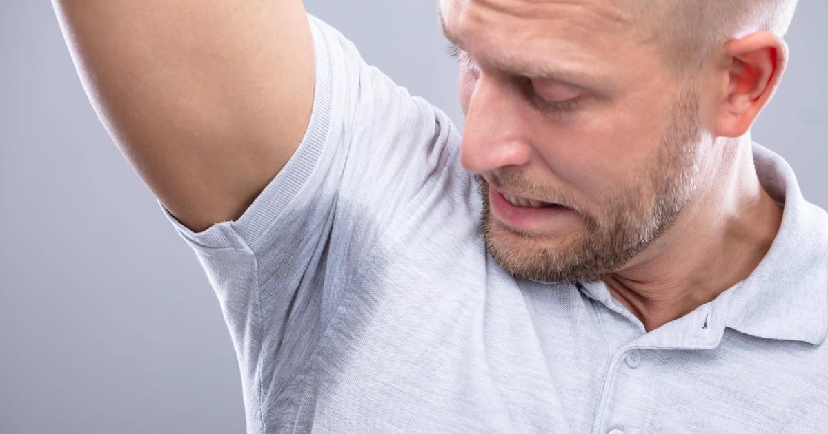 Achselschweiß verhindern: Das sollten Männer tun, die darunter leiden