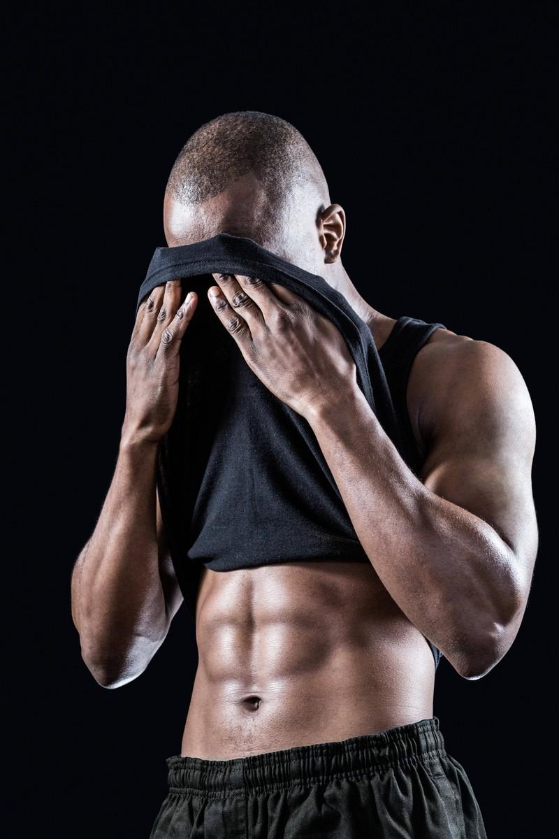 Ein gutes Sixpack wie der Mann eins hat, kommt nur aus der richtigen Kombi von Ernährung und Sport.