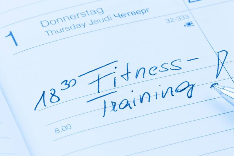 Ein Kalender in dem das Fitnesstraining notiert ist