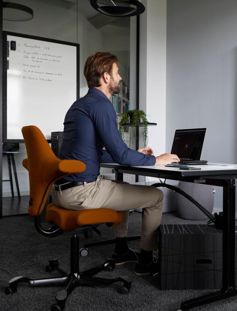 Ein Mann sitzt in seinem Büro