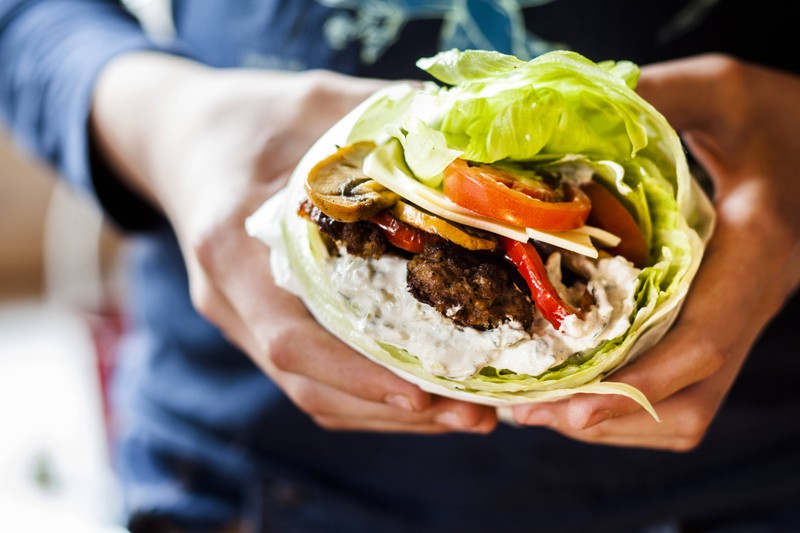 Eine Low Carb Ernährung hilft dem Mann beim schnellen Aufbau eines Sixpack.