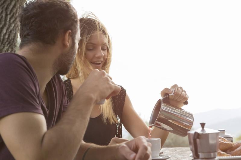 Sie schüttete sich ständig Alkohol in den Kaffee, was den Mann störte