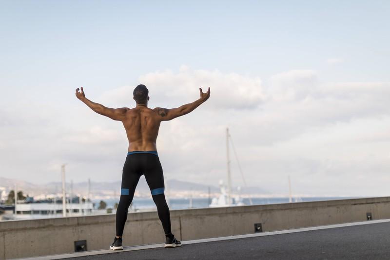 Mann macht ein Workout und fragt sich, wann die besten Zeit dafür ist