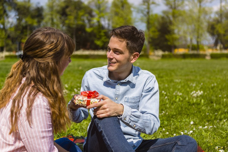 Frauen würden nicht verraten, dass sie das Geschenk vom Freund nicht mögen