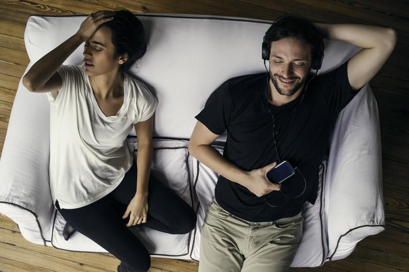 Das Bild zeigt die typische Situation in einer Beziehung wo die Partner ihre Gewohnheiten auch nach einem Gespräch nicht ändern