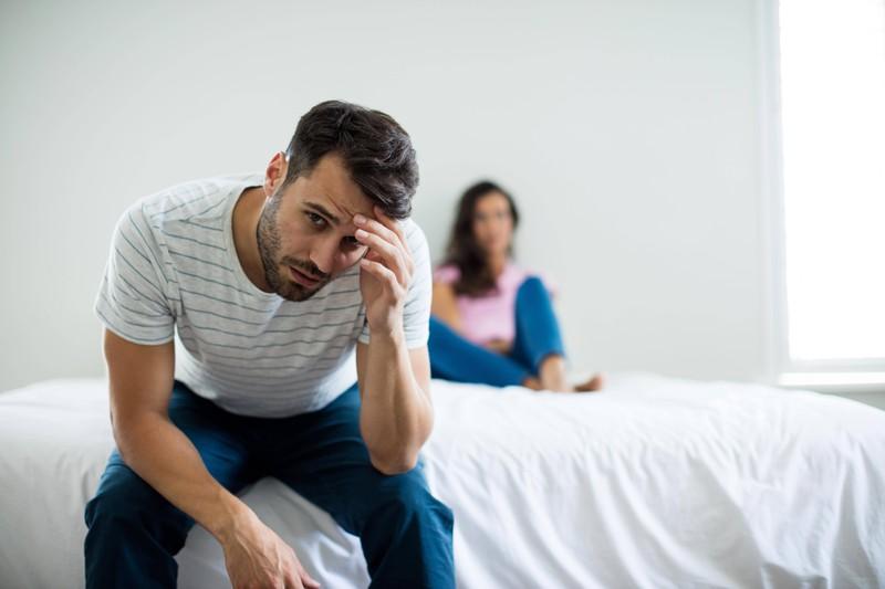 Ein Mann, der darüber nachdenkt, sich von seiner Partnerin zu trennen oder ob die Beziehung eine zweite Chance verdient hätte