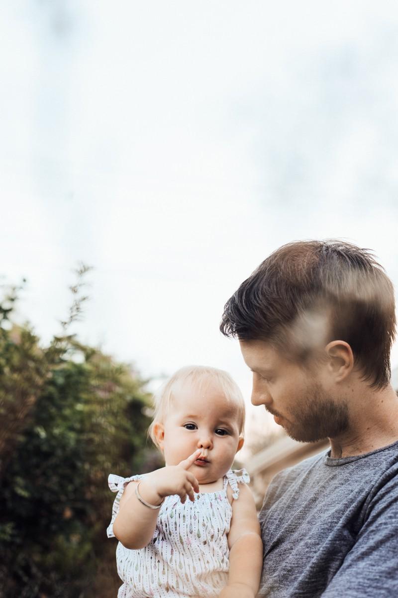 Es ist ein Vater zu sehen, der mit seinem Kind eine Unterhaltung führt, was für ein Kind sehr wichtig ist