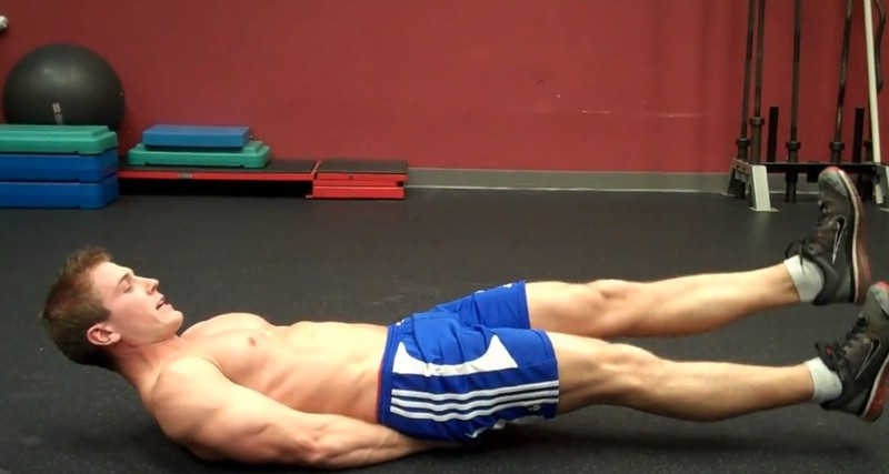 Auch Scott Herman baut die Beinschere in sein Bauchmuskel-Training ein.