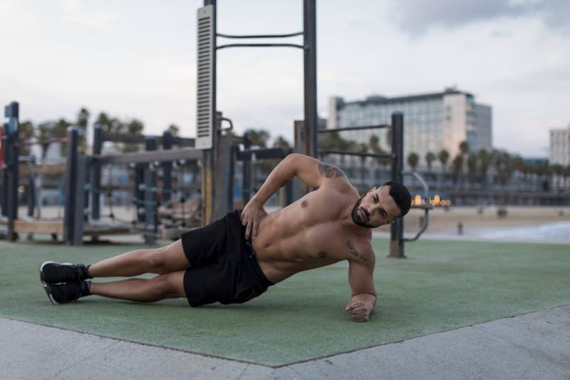 Das seitliche Beinheben ist die 5. Übungen im Sixpack-Workout.