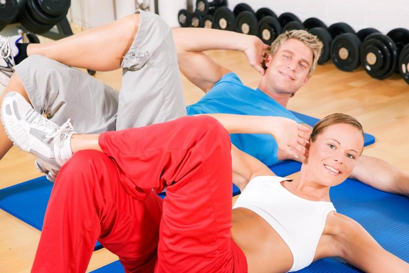 Wer die seitlichen Sit-ups mit in sein Workout integriert, trainiert auch die seitlichen Bauchmuskeln für das Sixpack