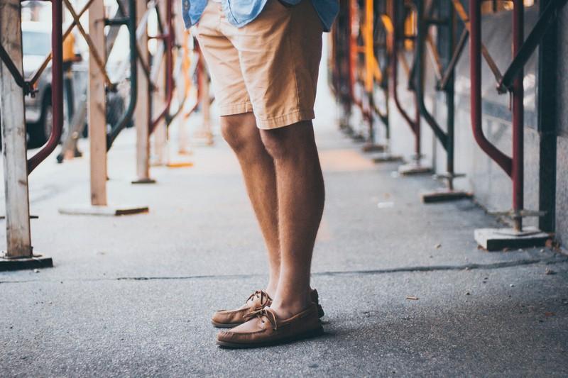 Ein Mann, der behaarte Beine zeigt, weil Frauen beharrte Beine und Arme lieber mögen