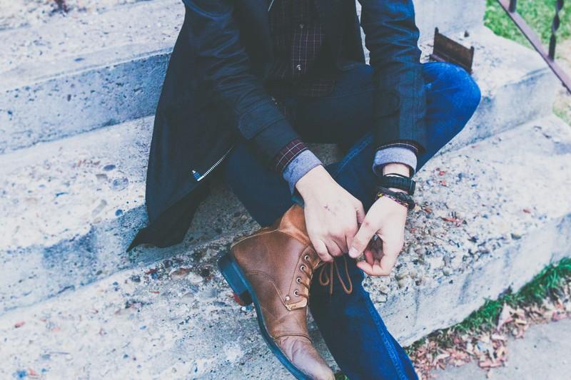 Ein Mann sollte beim ersten Date schlichte Schuhe anziehen