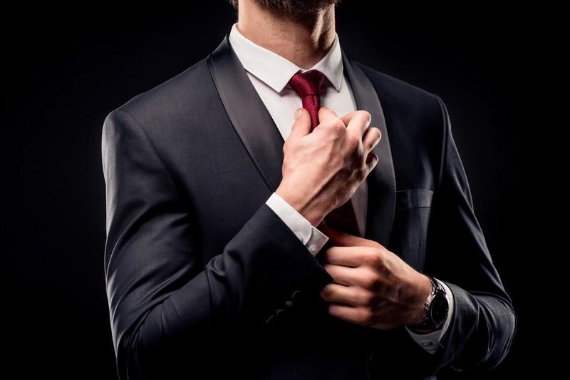 Ein Mann, der einen gut sitzenden Anzug trägt