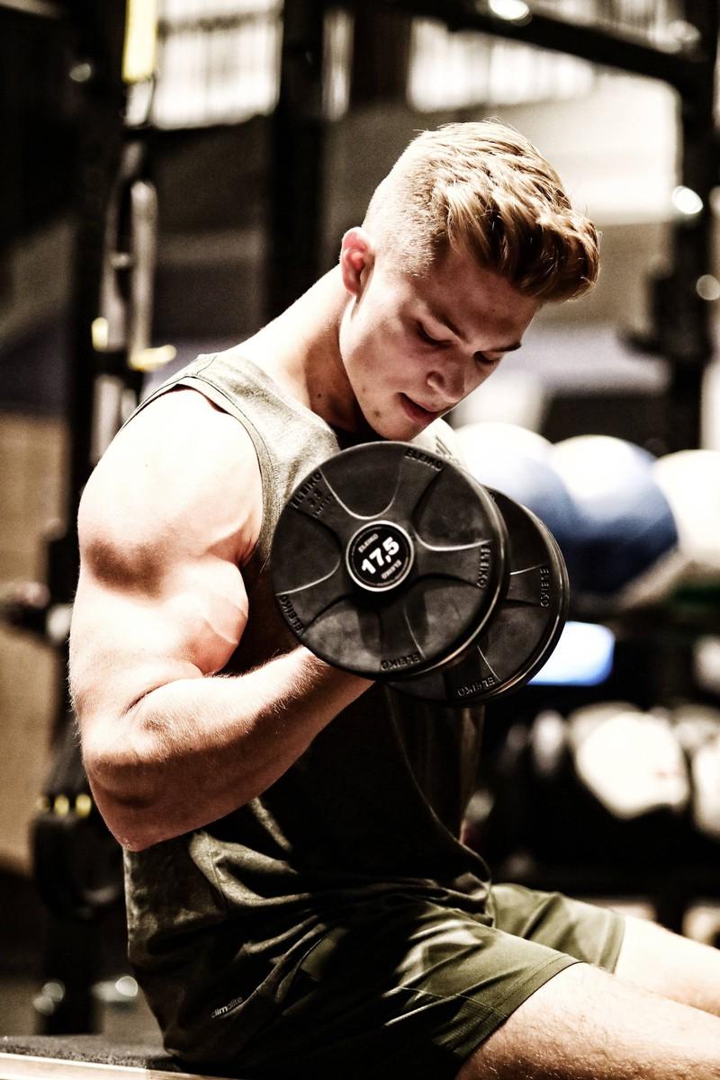 Auch zuhause kann man seine Arme mit einigen Übungen trainieren.