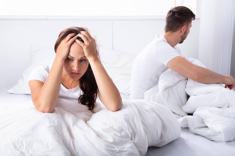 Ein Mann ist misstrauisch: Ist seine Frau eine Fremdgeherin?