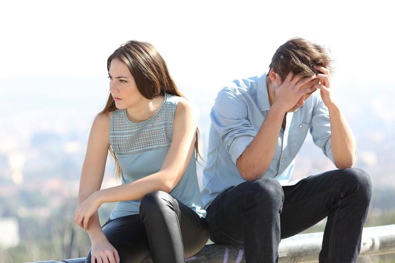 Eine Frau wendet sich von ihrem Freund ab