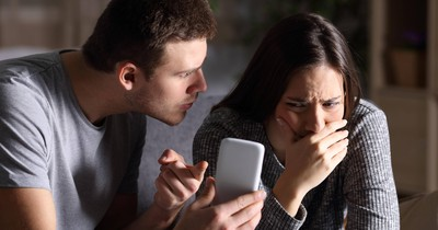 8 Anzeichen, dass eine Frau untreu ist