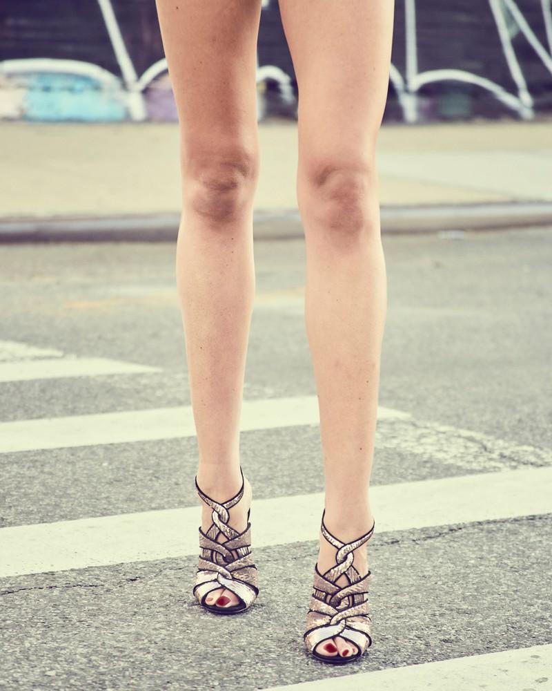 Sie trägt eigentlich nie hohe Schuhe, aber auf einmal schon?- Das ist sehr auffällig.