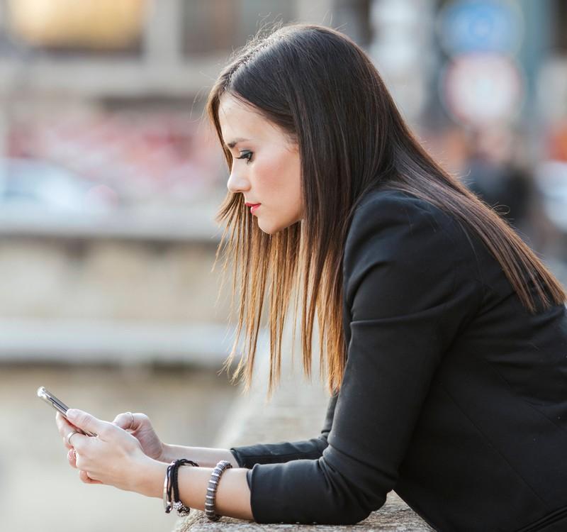 Vor allem das Handy der Frau kann schnell verraten, ob sie etwas verheimlicht.