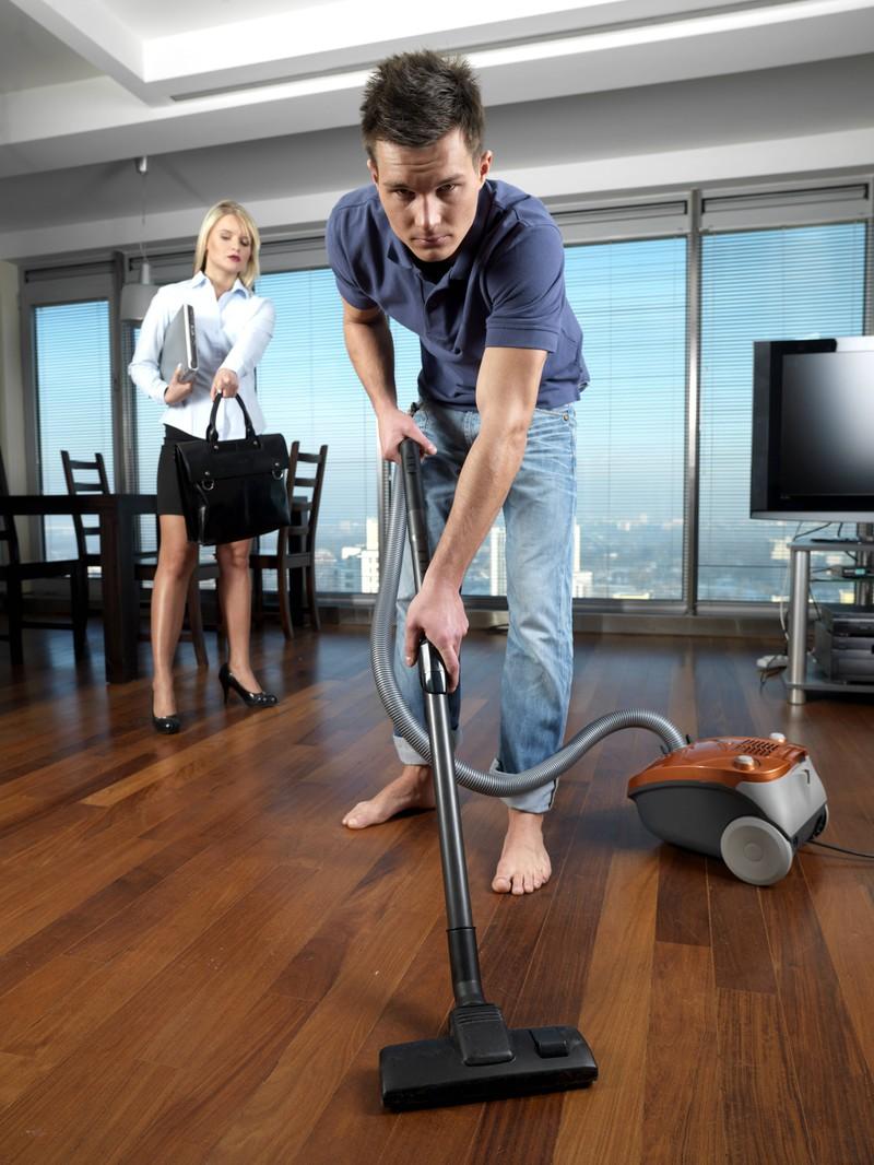 Hausarbeit sollten sich Männer und Frauen teilen.