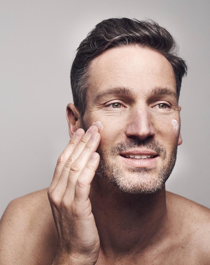 Auch die Männer-Hautpflege kann dafür sorgen, das Schwitzen einzudämmen.