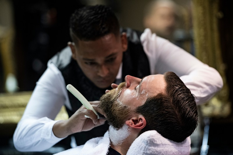 Der Barber kann Männern dabei helfen, den Faded Beard vorzubereiten.