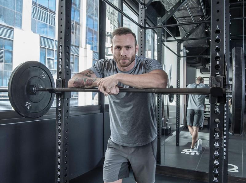 Damit man einen Sixpack sieht, muss der Körperfettanteil möglichst gering sein, dafür braucht man gezielte Übungen.