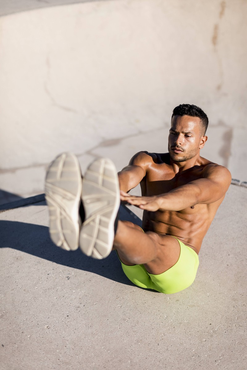 """Die Übung """"Klappmesser"""" ist besonders effektiv für Bauchmuskeln und somit für den Sixpack."""