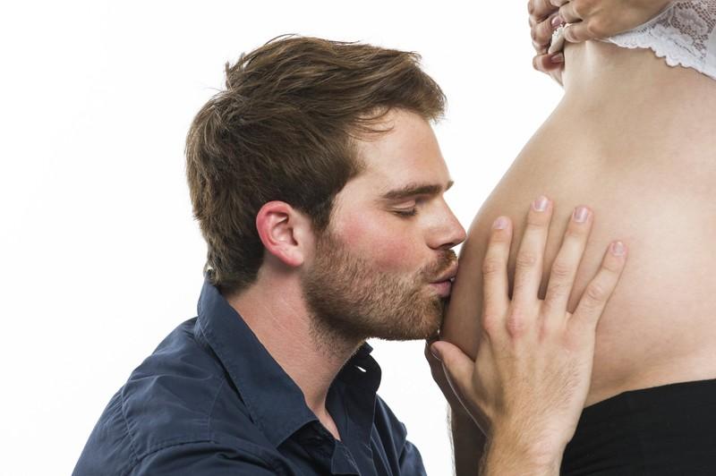 Auch Männer können die typischen Schwangerschaftssymptome aufweisen.