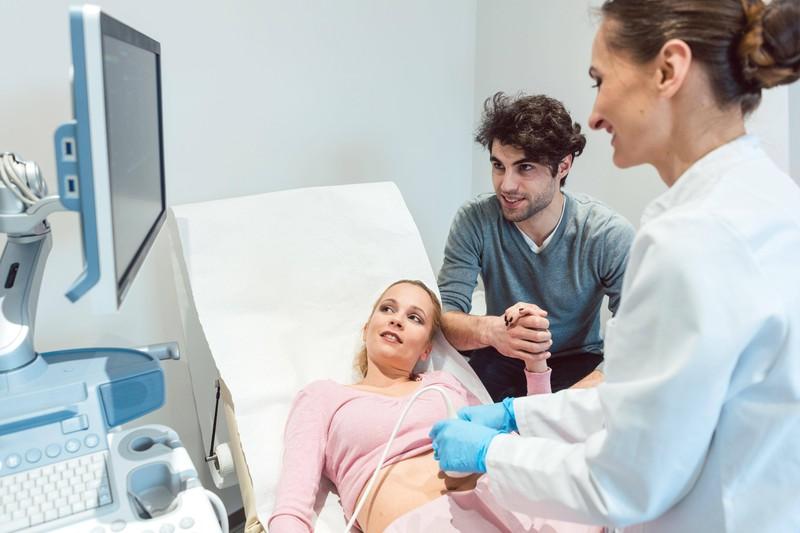 Mit Schwangerschaftssymptomen erleben Männer die Schwangerschaft