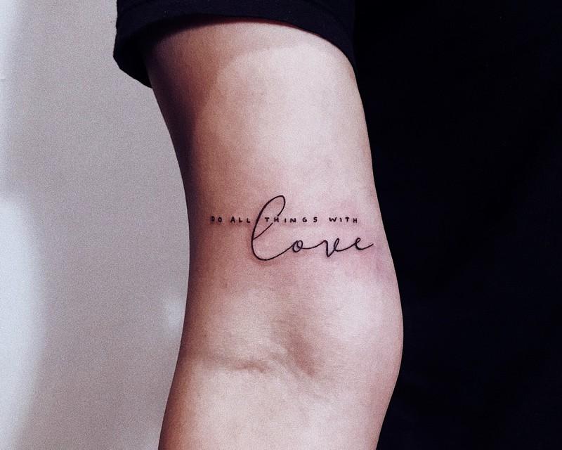 Ein frisch gestochenes Tattoo am Arm
