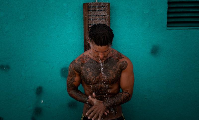 Ein Mann, der seine Tattoos richtig reinigt