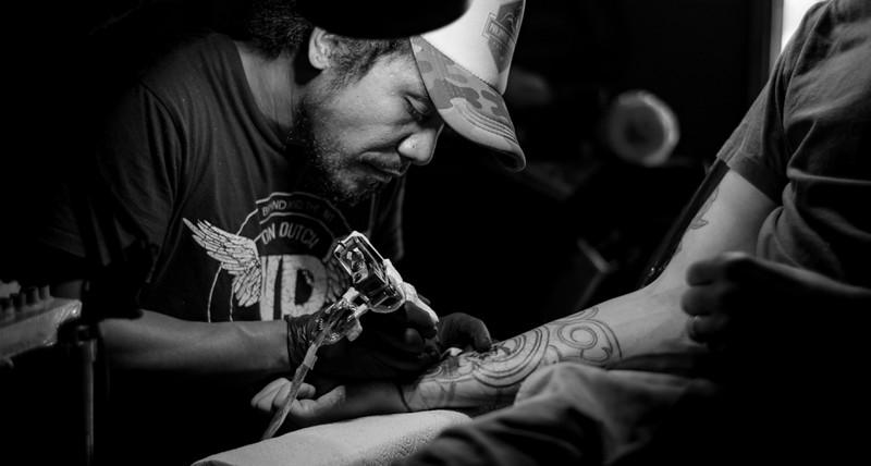 Ein Mann lässt sich gerade ein neues Tattoo stechen