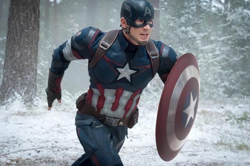 Marvel-Star Chris Evans schenkt dem kleinen Jungen ein originalen Schild.