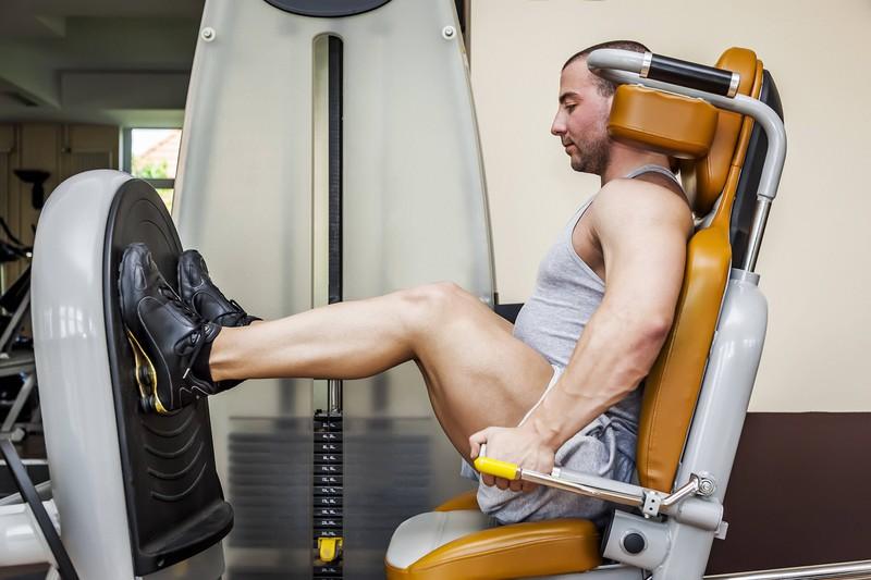 Isolationsübungen ist eine Empfehlung, um muskulöse Beine zu bekommen.