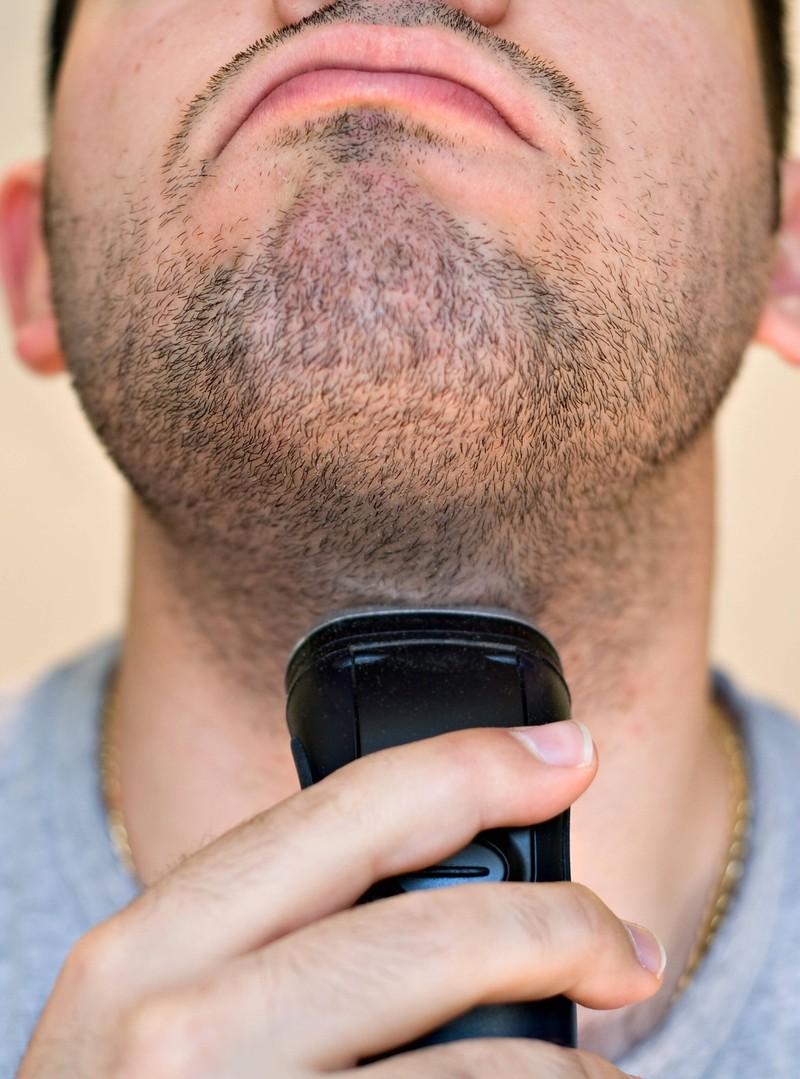 Der Hals ist rasiert